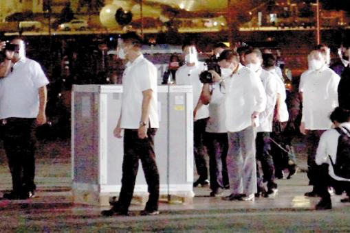 菲律宾总统杜特地到空军基地迎接COVAX