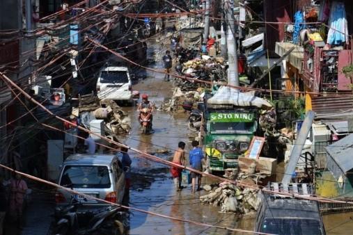 台风圆规挟狂风暴雨袭菲律宾 至少11死7失踪